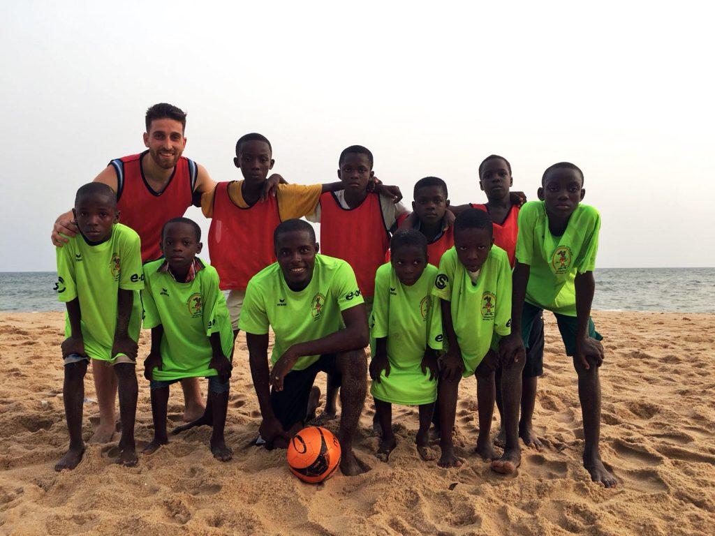 Brais, uno más del equipo, playa de Cape Coast, Ghana